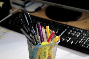 Blick auf Tastatur und Buntstifte